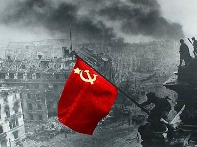 Разузнавачите Егоров и Кантария вдигат знамето на Червената армия върху Райхстага