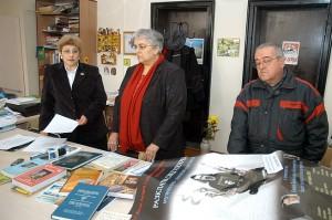 """Дарените от Красимира Готева (вляво) и Ботьо Буков книги прие директорката на Регионалната библиотека """"Захарий Княжески"""" Снежана Маринова (в средата)."""