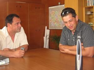 Спасителят на хората в автобуса Стефан Иванов (вдясно) разговаря с кмета на Чирпан Васил Донев.