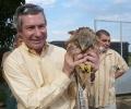 Посланик Джеймс Уорлик пусна на свобода птица от Спасителния център на