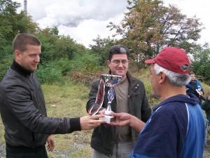 Кандидат-кметовете на Стара Загора и Раднево Живко Тодоров и Юлиан Илчев връчват купата на победителя в турнира Христо Христов.