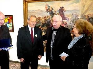 Любомир Вълков (с червената вратовръзка) получи отличието от шефа на Представителството на РОССОТРУДНИЧЕСТВО в България Владимир Иванов (