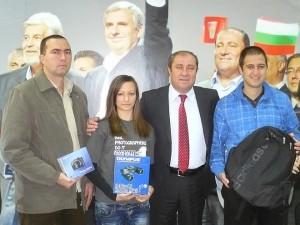 Бойчо Биволарски с победителите във фотоконкурса.