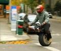 Нови технологии: Едноколесен електрически скутер решава проблема с градския транспорт