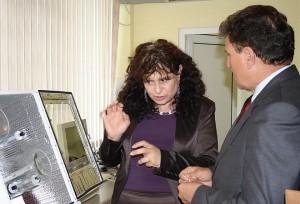 Доц.Стайка Лалева обяснява на областния управител Недялко Недялков предназначението на уредите в новата лаборатория.