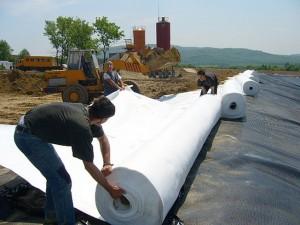 Така ще изглежда работата по бъдещото Регионално депо - обективът е уловил застилане с геомембрана и геотекстил на депото в Созопол. Снимка http://stivmakro-bg.com