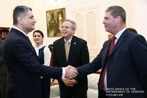 Министър-председателят на Армения Тигран Саркисян (вляво) и Гари Левсли - изпълнителен вицепрезидент и регионален главен изпълнителен директор на ContourGlobal за Източна Европа (вдясно).