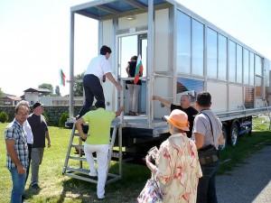 """Посланикът на Казахстан Темиртай Избастин се качва да разгледа мобилния пречиствателен модул на """"ЕлфиТех"""""""