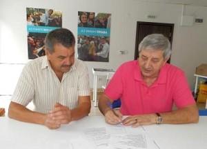 На снимката: Жоро Христакиев (вляво) и Кънчо Филипов подписват споразумението