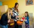Мис България`2011 Ваня Пенева зарадва болни малчугани с плодове и книжки за Деня на християнското семейство