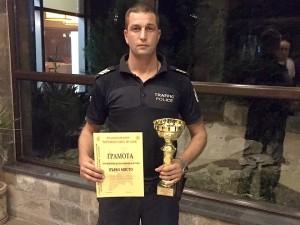 Пламен Ноев с купата и грамотата за първото си място в състезанието по теоретична подготовка