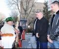 Самодейци поздравиха областния управител с празника Св. Трифон Зарезан