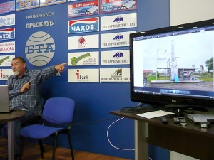 """Проф. Жеко Ганев показва една от високотехнологичните пречиствателни инсталации на """"Елфи Тех"""" ООД"""