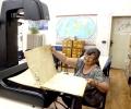 """Старозагорската библиотека """"Родина"""" дигитализира вестници от миналия век с модерен планетарен бук скенер"""