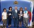Зам.-кметът на Стара Загора Красимира Чахова с плакет от министъра на спорта Красен Кралев