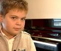 Малкият Моцарт свири в учебник по музика