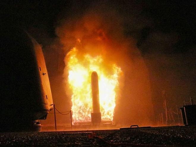 """Изстрелване на ракета """"Томахоук"""" от борда на американския ракетен крайцер """"Монтерей"""" . Снимка CNN"""