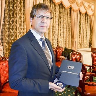 Д-р Петър Руев с наградата за иновативна медицина и внедряване на уникални техники