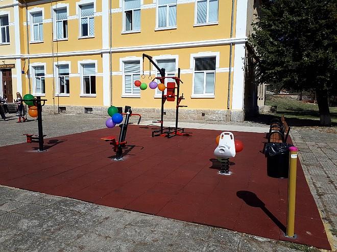Детската площадка, която учениците от с. Енина спечелиха за своето училище