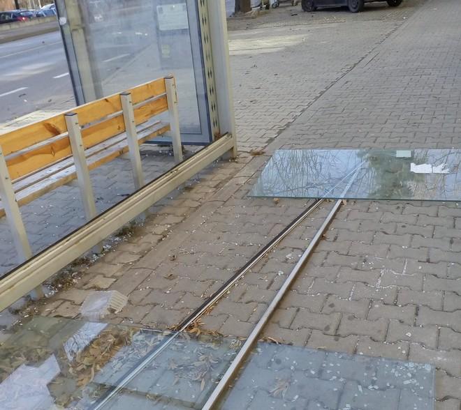 """Падналите стъкла на автобусната спирка на бул. """"Славянски"""". Снимка Радка Тасева, Фейсбук"""