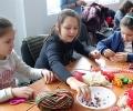 Деца правят мартенички благотворително в КИЦ