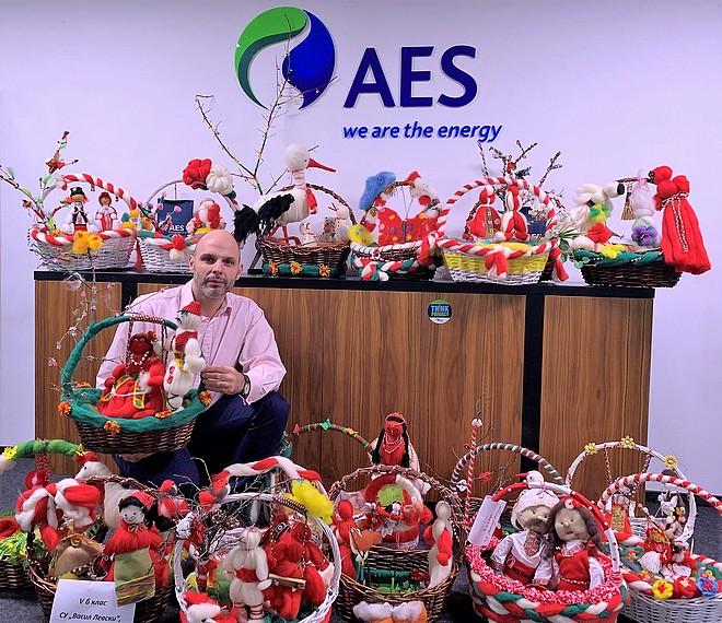 Изпълнителният директор на ЕЙ И ЕС България Иван Цанков позира с всички изработени мартеници преди да бъдат разпратени до институциите в България
