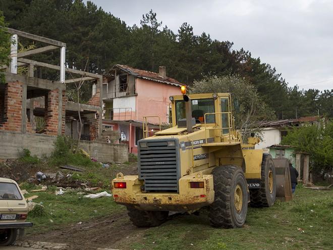 Незаконните сгради са навлезли директно в хубава борова гора