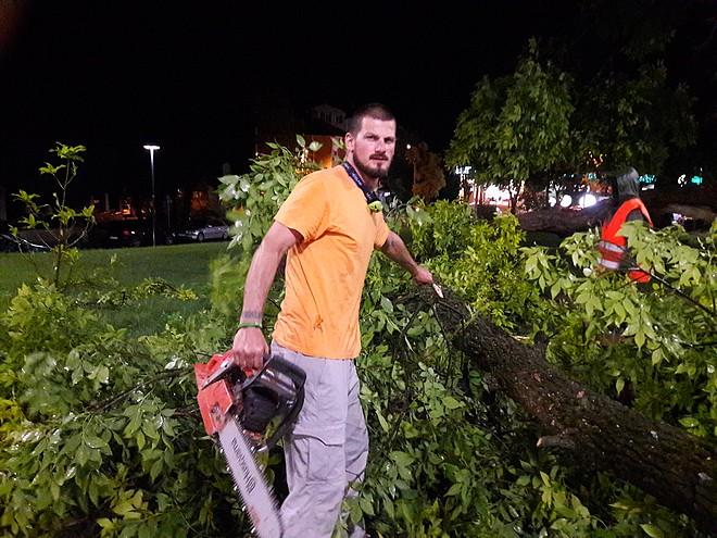 Доброволецът към Община Стара Загора Александър Мечев и негови колеги работиха цяла нощ за отстраняване на последиците от бурята