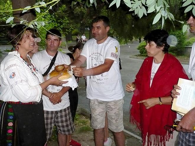 Групата бесарабски българи в Стара Загора - мокри, но щастливи. С хляб и сол ги посрещна учителката Радост Стоянова
