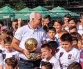 Даряват приходите от продажбите на биографията на Стоичков в Стара Загора за лечението на Камелия