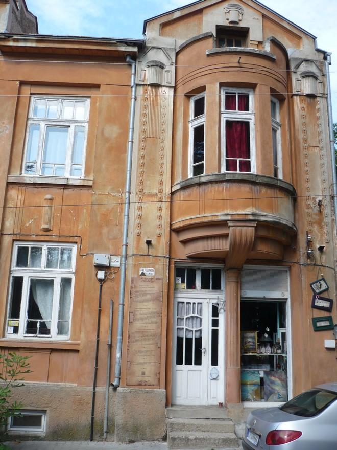 В съседство отляво - Къщата на арх. Христо Димов