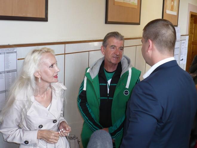 Малко след като Живко Тодоров пусна бюлетините си, в същата избирателна секция дойдоха да гласуват и родителите му