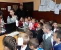 Деца поздравиха полицаи в Стара Загора по случай професионалния им празник
