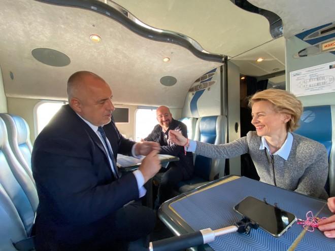 Бойко Борисов връзва мартеница на ръката на председателя на Еврокомисията Урсула фон дер Лайен в хеликоптера, с който облетяха югоизточната ни граница с мигрантите - в компанията на председателя на Европейския съвет Шарл Мишел