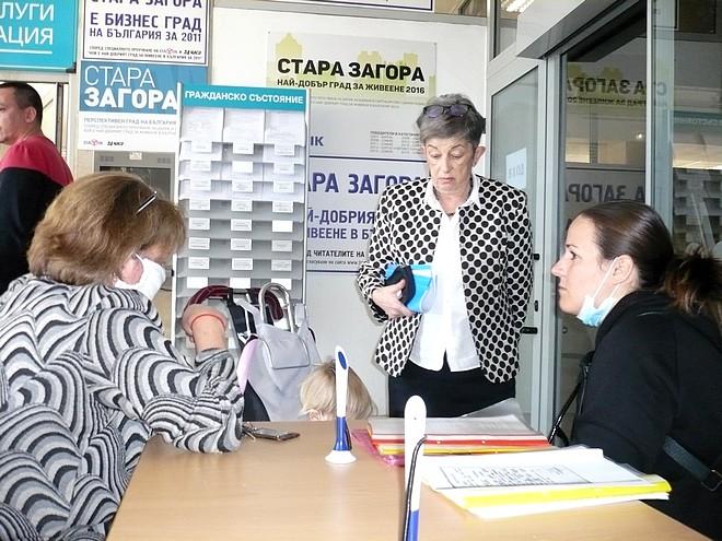 Зам.-кметът Иванка Сотирова приемаше днес следобед граждани за консултация във фоайето на Община Стара Загора