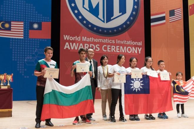 Спомен от Сеул, Южна Корея: със знамето - Теодор и Ясен