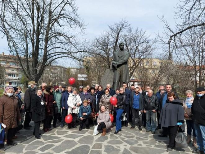 Пред паметника Яворов 2