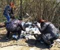 Общинските служители в Казанлък почистват край язовир