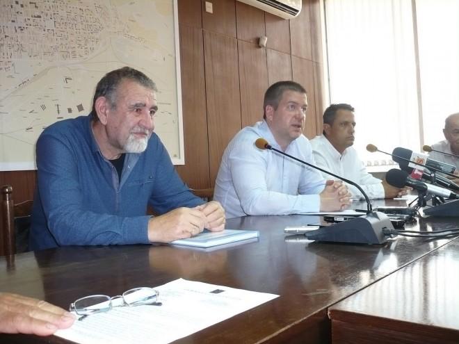 """Кметът Живко Тодоров (в средата) представи иновацията на """"Елфи-Тех"""" на проф. Жеко Ганев (вляво)"""