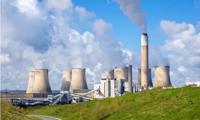 Електроцентралата Ратклиф-он-Соар близо до Нотингам е сред централите за въглища, които се възползват от рекордни цени на енергията. Снимка: eye35.pix/Алами/Гардиън