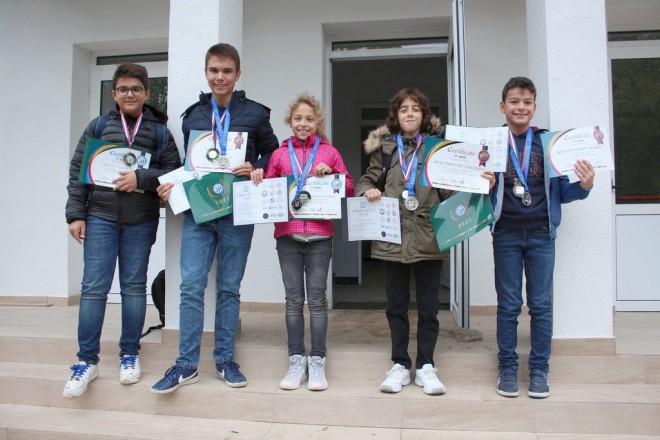 Носителите на медали от AIMO и WMI - Станислав, Радослав, Виктория, Йоан и Боян.
